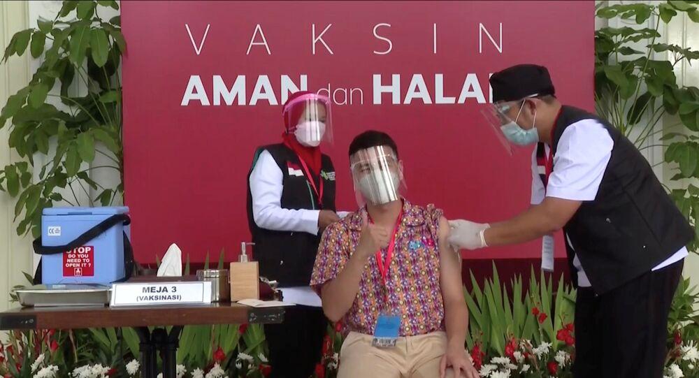 Influenciador indonésio Raffi Ahmad recebe a vacina contra a COVID-19 em Jacarta, Indonésia, 13 de janeiro de 2021
