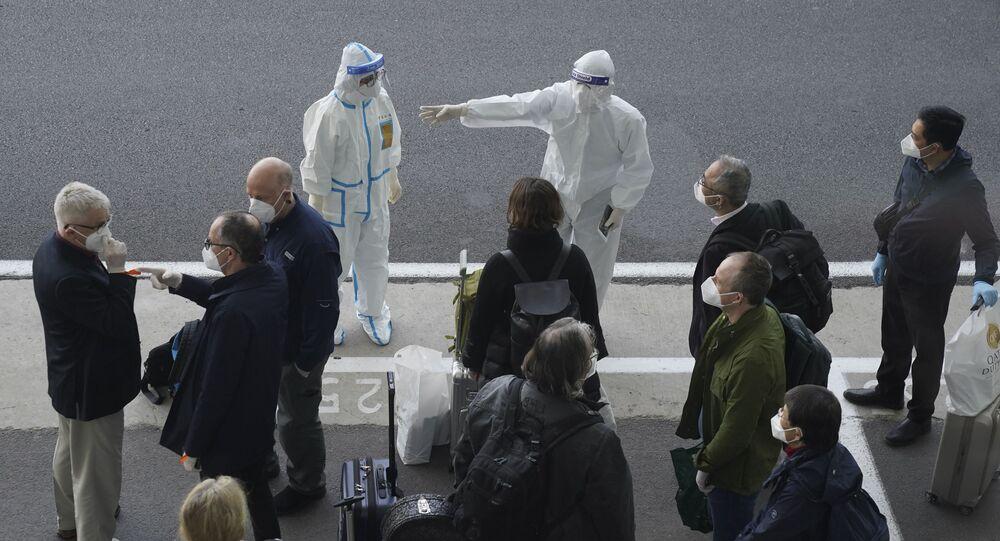 Especialistas da OMS chegam ao aeroporto de Wuhan, na província de Hubei, China, em 14 de janeiro de 2021. Equipe foi formada para investigar possíveis origens do novo coronavírus, identificado primeiramente nessa região.
