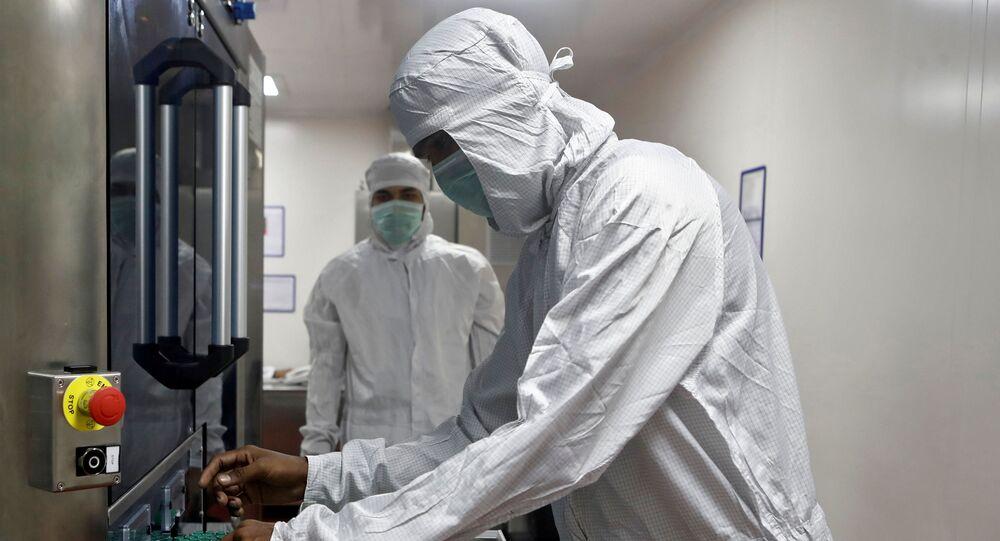 Funcionário manipula vacina da Oxford/AstraZeneca na laboratório Serum, na Índia.