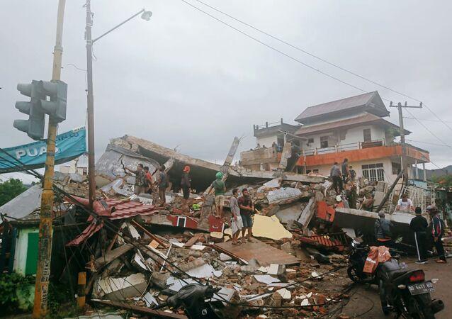 Moradores observam edifícios danificados por terremoto em Mamuju, Sulawesi Ocidental, Indonésia, 15 de janeiro de 2021