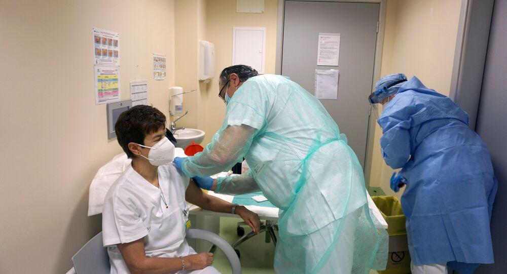 Membro de equipe médica recebe vacina da Pfizer/BioNTech durante vacinação anti-coronavírus em Bergamo, Itália, 5 de janeiro de 2021