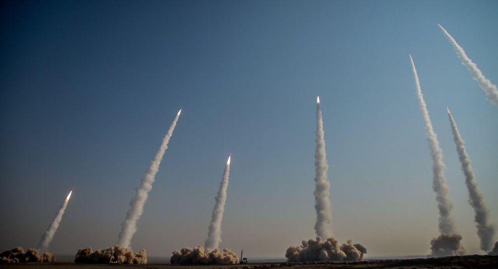 Lançamento de mísseis balísticos pelo Corpo de Guardiões da Revolução Islâmica no deserto iraniano em 15 de janeiro de 2021