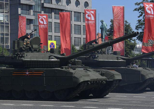 Tanques T-90M Proryv-3 durante desfile militar em homenagem ao 75º aniversário da Vitória na Grande Guerra pela Pátria de 1941-1945 na Praça Vermelha em Moscou, Rússia