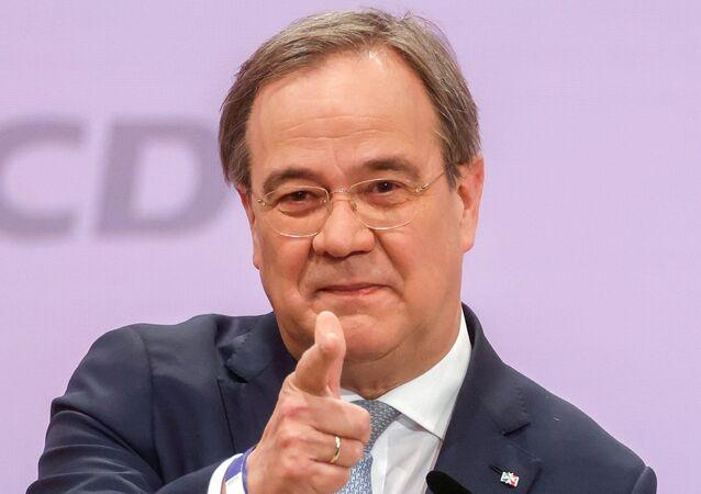 Líder da União Democrática Cristã, Armin Laschet, gesticula ao proferir seu discurso