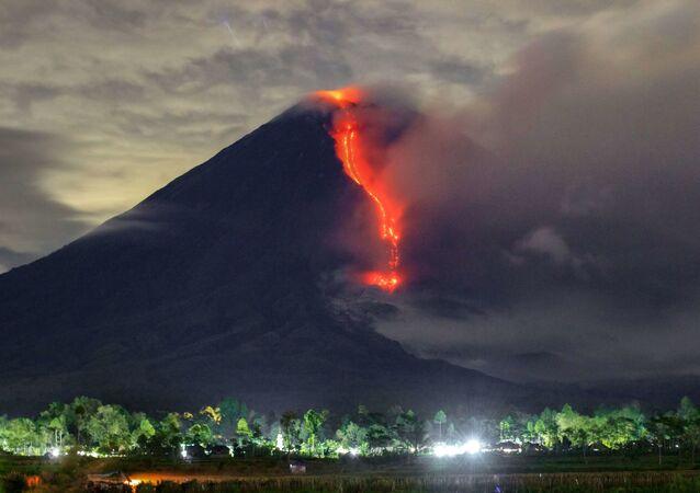 Lava escorre durante erupção do monte Semeru, na ilha de Java
