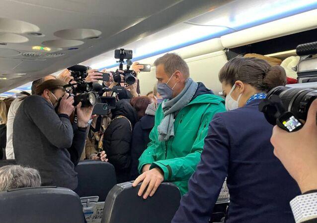 Aleksei Navalny dentro de avião da companhia aérea russa Pobeda