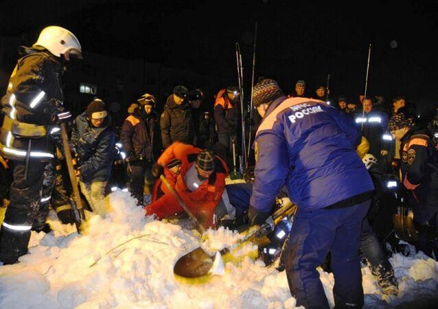 Equipes de resgate atuam em área afetada por avalanche na região russa de Murmansk (imagem referencial)