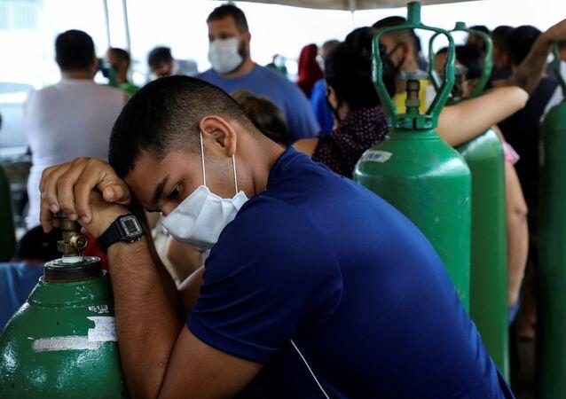 Com a não resposta do governo ao pedido de socorro, a população teve que correr para comprar cilindros para parentes hospitalizados em Manaus, AM, 18 de janeiro de 2021