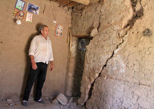 Homem observa rachaduras provocadas pelo terremoto, em Media Agua, na Argentina, em 18 de janeiro de 2021