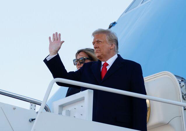 Presidente dos EUA  Donald Trump e primeira-dama Melania Trump dão adeus no último dia de seu governo ao partirem para a Flórida