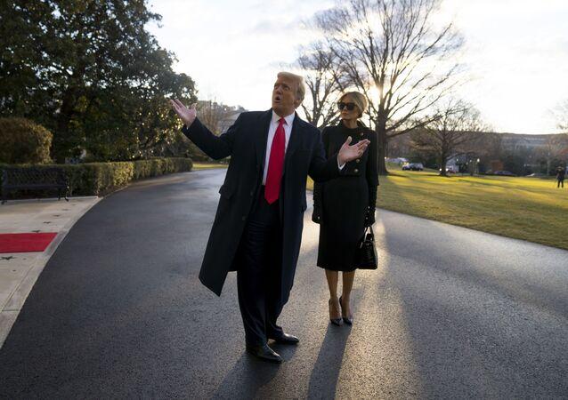 Presidente dos EUA Donald Trump e primeira-dama Melania Trump deixam a Casa Branca, Washington, EUA, 20 de janeiro de 2021