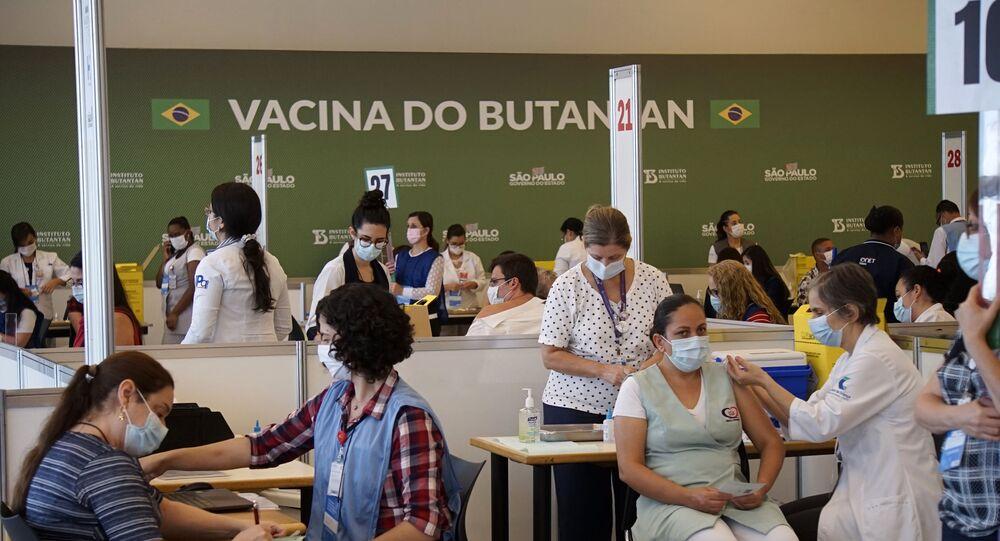Os profissionais da saúde do Hospital das Clinicas da Faculdade de Medicina da Universidade de São Paulo (USP) recebem primeira dose da vacina Coronavac, produzida pelo Instituto Butantan em parceria com o laboratório chinês Sinovac, para o combate à COVID-19