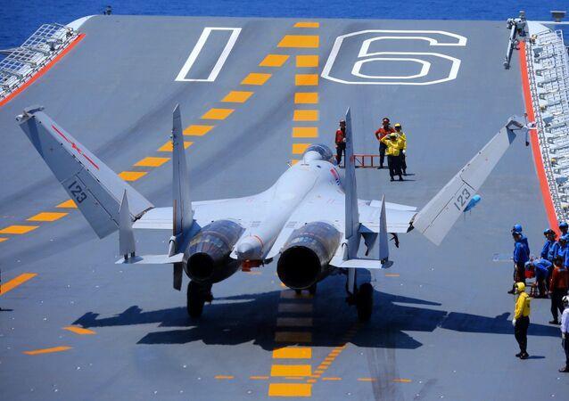 Caça J-15 pousado no convés de voo do porta-aviões chinês Liaoning