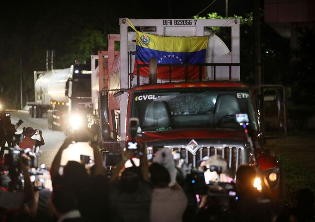 Caminhão com bandeira da Venezuela traz cilindros de oxigênio à capital do estado do Amazonas, Manaus, 19 de janeiro de 2021