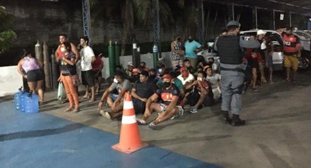 Polícias Civil e Militar do Amazonas prendem 63 pessoas que assistiam a um jogo de futebol em bares abertos clandestinamente, em Manaus, no dia 21 de janeiro de 2021