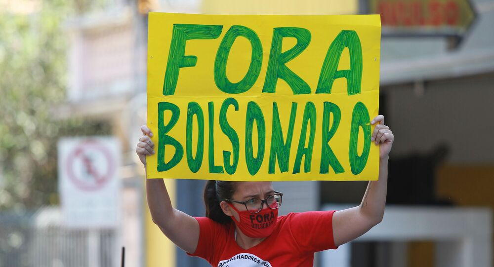 Mulher ergue cartaz pedindo do impeachment de Bolsonaro em Campinas, interior de São Paulo.