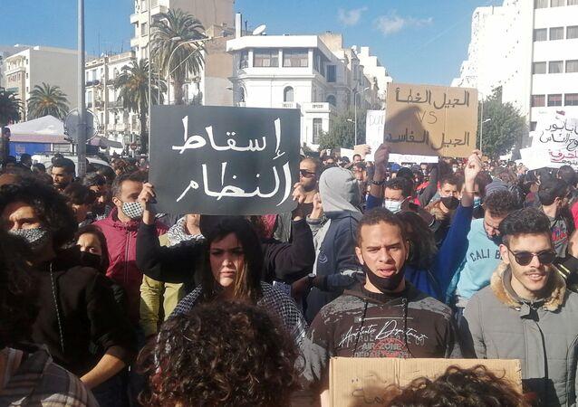Milhares de tunisianos foram às ruas para protestar contra o governo. Foto tirada em Tunes, no dia 23 de janeiro de 2021.