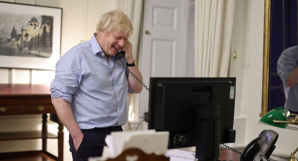 O primeiro-ministro britânico Boris Johnson fala com o presidente dos EUA Joe Biden, em Londres, Reino Unido. Imagem retirada do Twitter em 23 de janeiro de 2021.