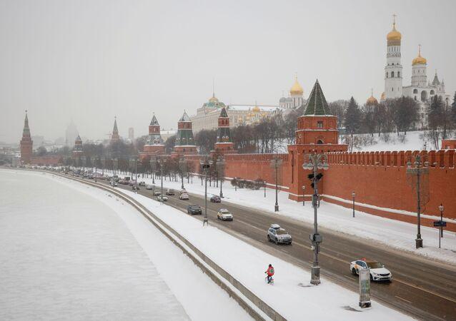 Carros percorrem a marginal do rio Moskva perto do Kremlin, durante nevasca em Moscou, Rússia, 14 de janeiro de 2021