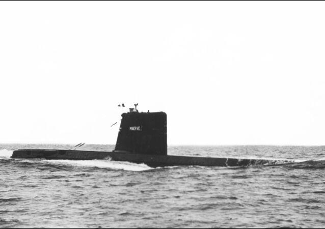 Foto sem data do Minerve, submarino da classe Daphne durante um exercício