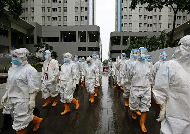 Funcionários da saúde usando macacões de proteção se preparam para o tratamento dos pacientes com COVID-19 em hospital de urgências em Jacarta, Indonésia, 26 de janeiro de 2021
