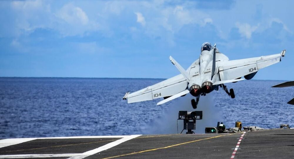 Caça decola do porta-aviões USS Ronald Reagan durante exercícios no mar do Sul da China