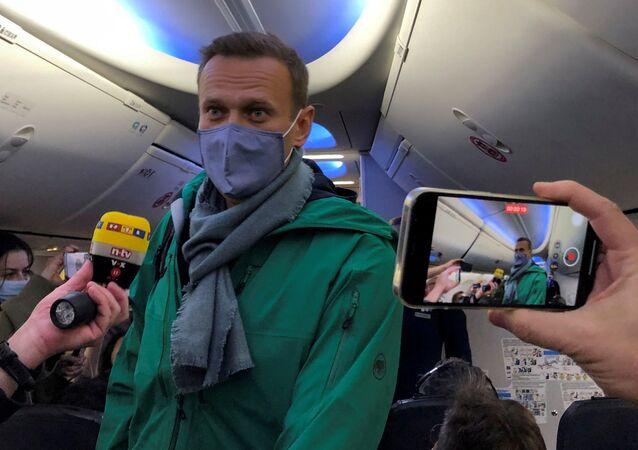Aleksei Navalny, opositor russo, a bordo do avião em Berlim, Alemanha, antes da partida para Moscou, capital da Rússia,17 de janeiro de 2021