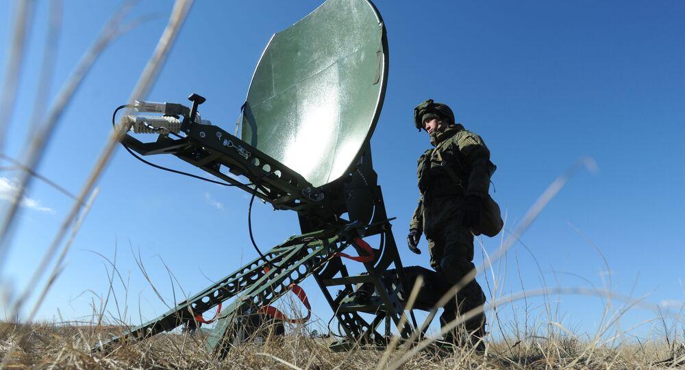 Militar russo ao lado de antena