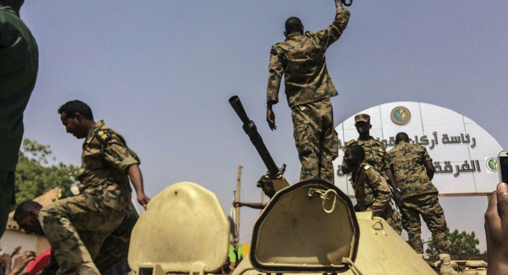 Militares do Sudão após anúncio de renúncia ao poder do presidente Omar al-Bashir em Khartoum, Sudão, 11 de abril de 2019