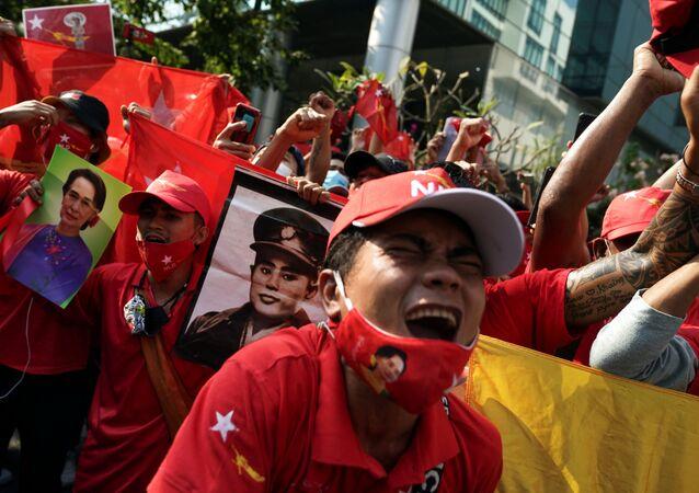 Manifestantes realizam ato contra golpe de Estado em Mianmar, na frente da Embaixada do país em Bangkok, Tailândia, 1º de fevereiro de 2021