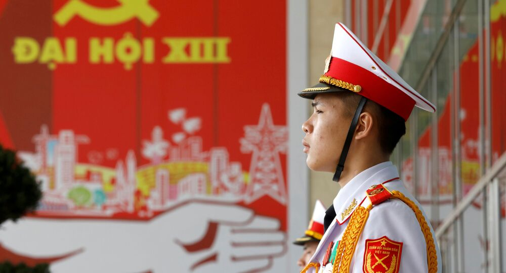 Soldado na porta do Centro Nacional de Convenções, que recebeu o 13º Congresso Nacional do Partido Comunista do Vietnã, em Hanói, 27 de janeiro de 2021