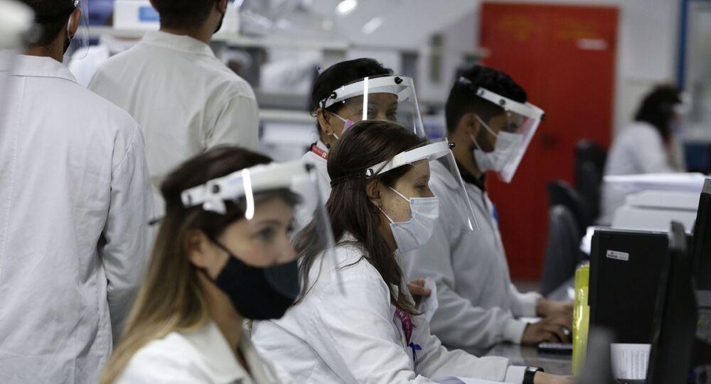 Funcionários da União Química trabalham em produção-piloto dos insumos da vacina russa contra a COVID-19, Sputnik V, em Brasília, 25 de janeiro de 2021
