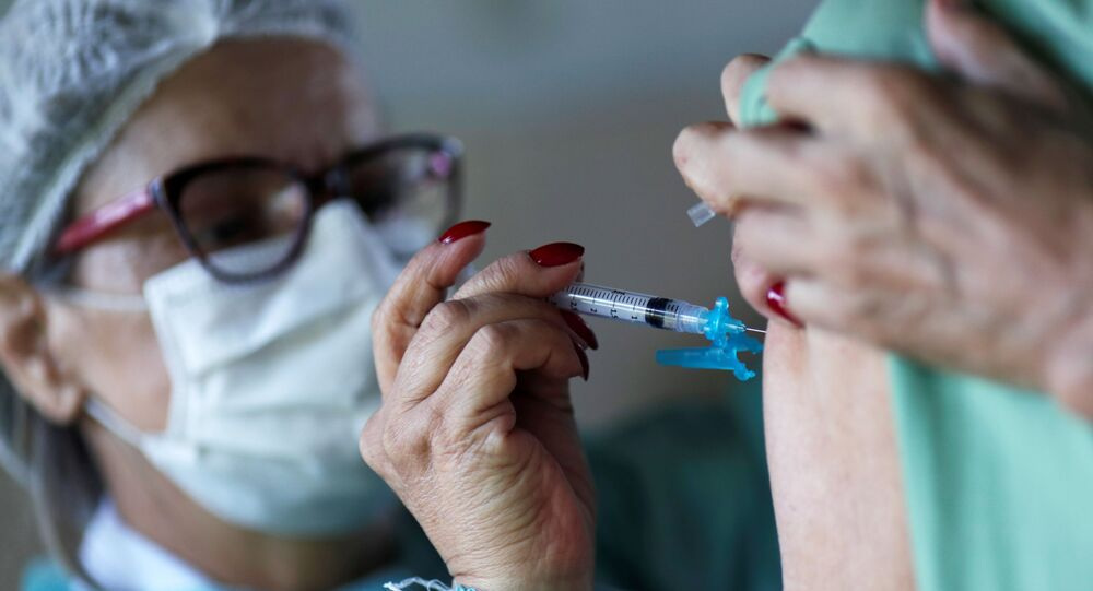 Funcionária de saúde aplica dose da vacina de Oxford contra coronavírus em hospital de Brasília