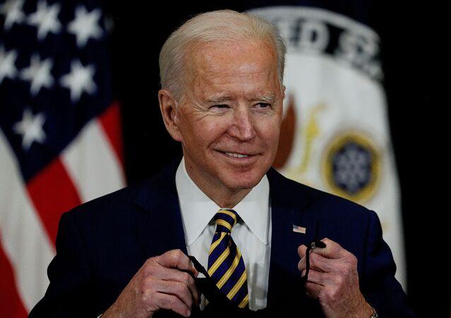 Presidente dos EUA, Joe Biden, tira máscara protetora para realizar discurso no Departamento de Estado dos EUA, em Washington, 4 de fevereiro de 2021