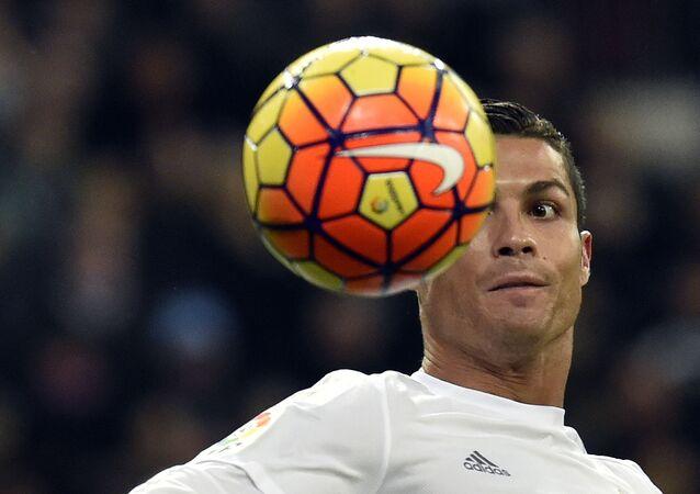 CR7 olha fixamente para a bola durante partida entre o seu antigo time, o Real Madrid, e o La Coruña, válida pelo campeonato espanhol, em 9 de janeiro de 2016, no estádio Santiago Bernabéu, em Madri