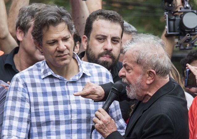 O ex-presidente Lula ao lado de Fernando Haddad e Guilherme Boulos discursa no caminhão de som em frente ao Sindicato dos Metalúrgicos, em São Bernardo do Campo, em São Paulo, no dia 9 de novembro de 2019 (Foto: Eduardo Knapp/Folhapress)