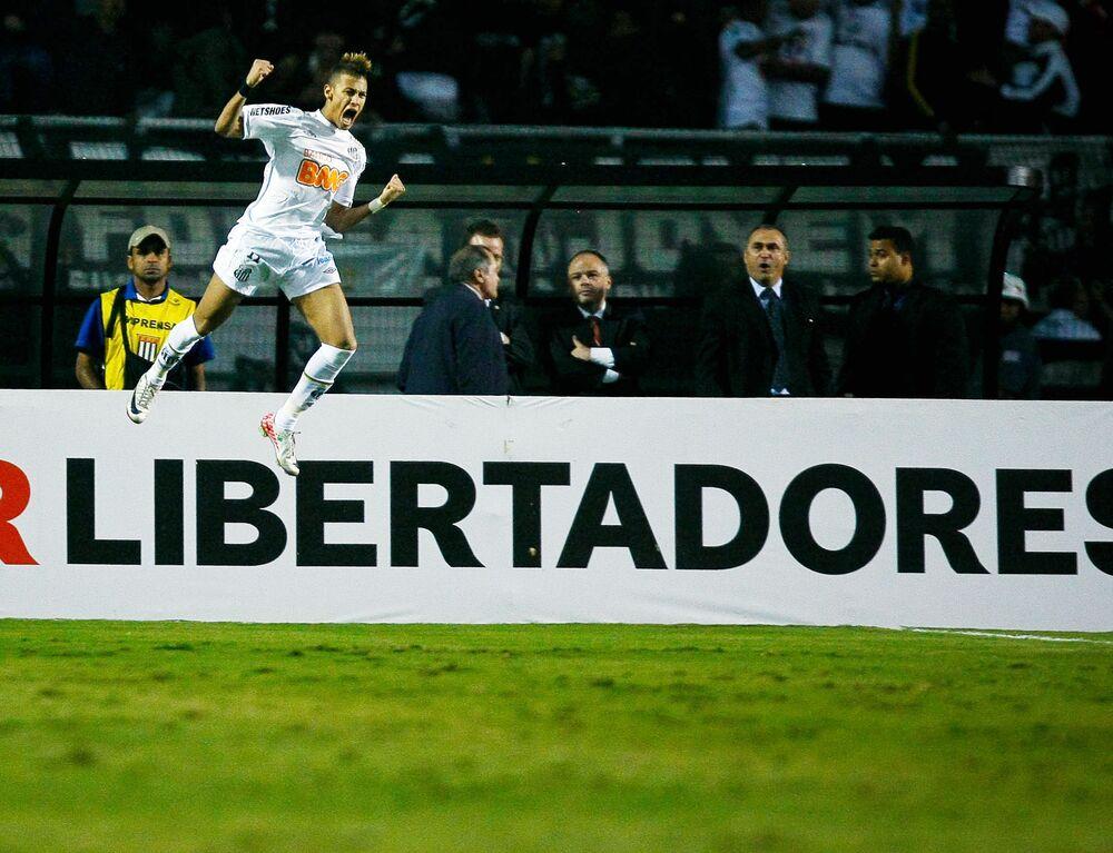 Neymar comemora após marcar gol em partida contra o Peñarol válida pela final da Taça Libertadores da América 2011, no estádio  Pacaembu, em São Paulo (SP)
