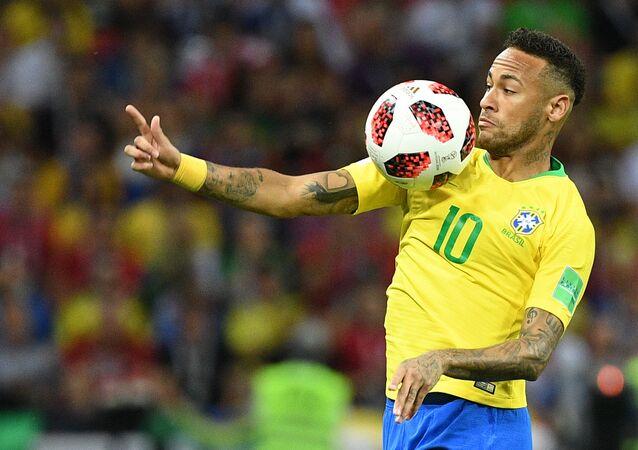 Na Copa do Mundo FIFA de 2018, Neymar mata no peito durante confronto entre Brasil e Bélgica pelas quartas de final