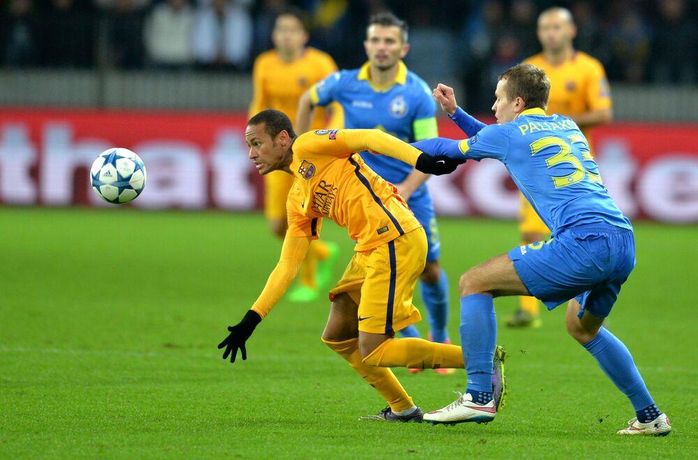 Neymar escapa do zagueiro Denis Polyakov, do BATE Borisov, durante partida pelo Barcelona na fase de grupos da Liga dos Campeões da UEFA, em 20 de outubro de 2015
