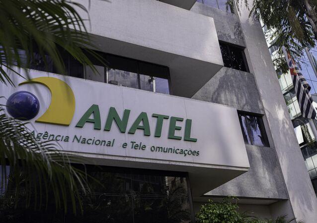 Edifício sede da Anatel é visto ao lado de antenas de transmissão de telefonia na zona sul de São Paulo.