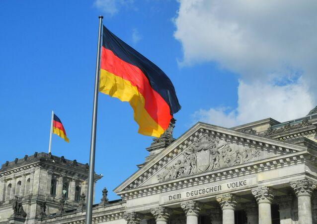 Bandeiras da Alemanha no Bundestag em Berlim (imagem referencial)