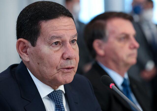 O vice-presidente Hamilton Mourão, ao lado do presidente Jair Bolsonaro, em Brasília, 9 de junho de 2020