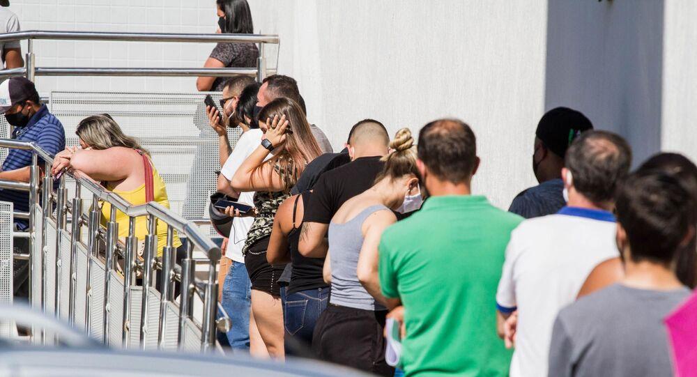 Agência da Caixa Econômica Federal de Limeira (SP) registra filas de pessoas que foram sacar o auxílio emergencial