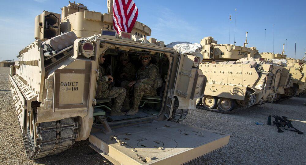 Militares sentados dentro de veículos de combate Bradley em base militar dos EUA em local não revelado no nordeste da Síria, 11 de novembro de 2019