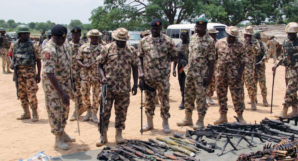 Comandantes militares inspecionam armas apreendidas do grupo Boko Haram (organização terrorista proibida na Rússia e demais países), em Goniri, Nigéria, 3 de julho de 2019
