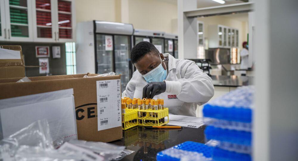 Técnico de laboratório estuda amostras de sangue de voluntários que tomaram a vacina contra a COVID-19 da Johnson & Johnson em Groblersdal, na África do Sul