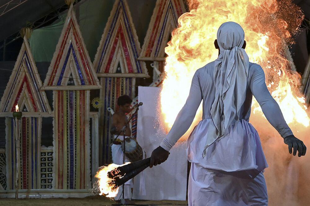 Dançarino colombiano durante ritual Gam Madu para exorcizar espíritos malignos e acabar com a pandemia da COVID-19