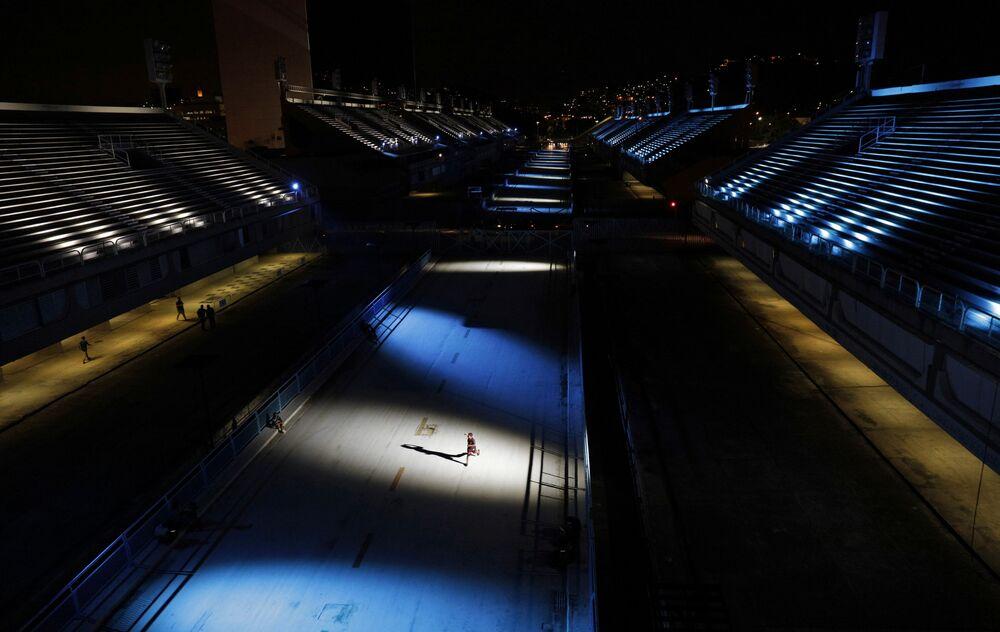 Sambódromo da Marquês de Sapucaí, no Rio de Janeiro, iluminado em homenagem às vítimas de COVID-19, 12 de fevereiro de 2021