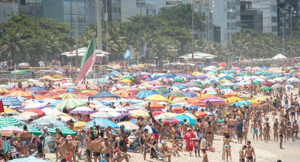 Movimentação de banhistas na Praia do Leblon, na cidade deo Rio de Janeiro.