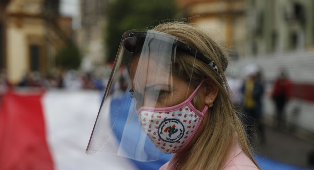 Enfermeira participa de protesto por melhores salário em meio à pandemia do coronavírus em Assunção, no Paraguai